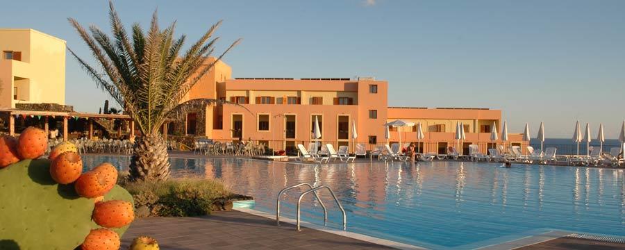 Hotel-Villaggio-Suvaki-piscina-pantelleria