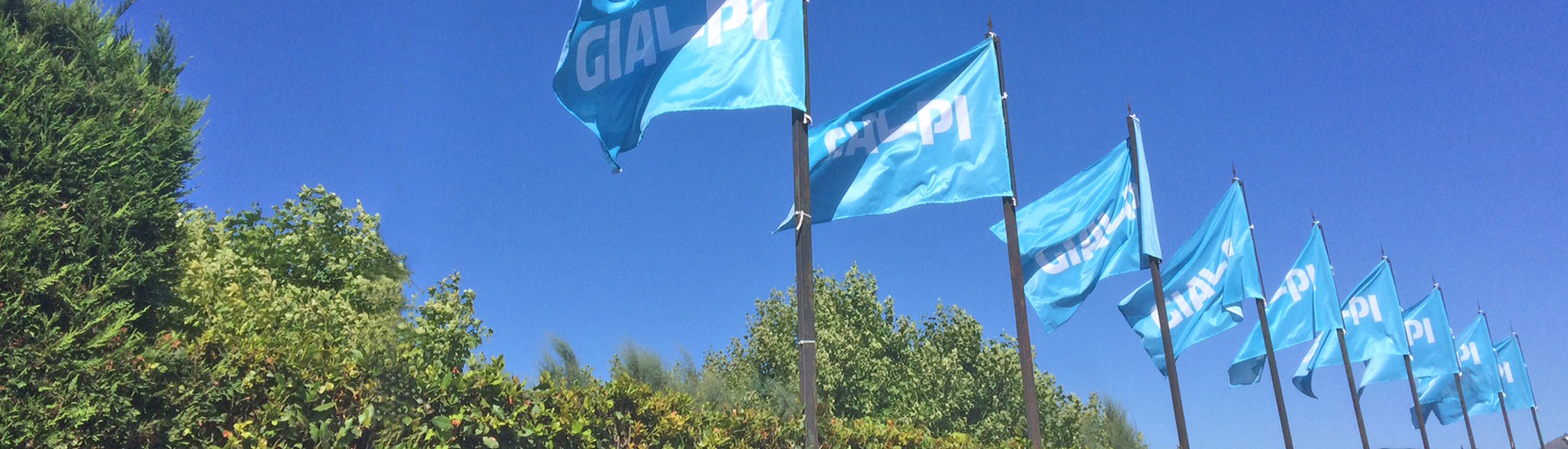 Family-Village-Velia_bandiere-Gialpi-ingresso-villaggio_1920x550_ritoccata